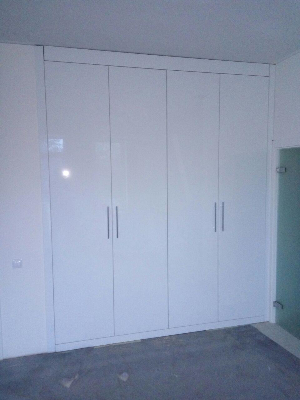 Шкаф встроенный с распашными дверями в прихожую глянцевые бе.